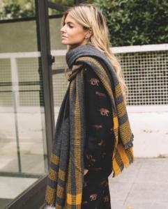 Patricia Sañes con Blanket Grey de LOVAT&GREEN